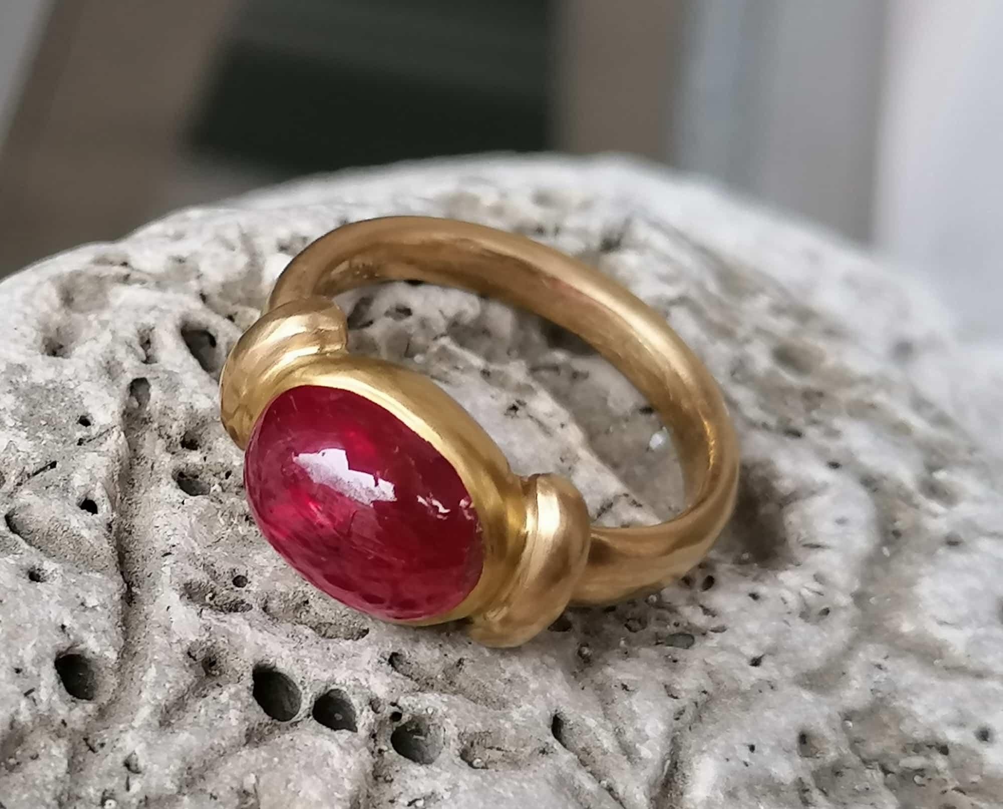 Unikat Ring schlicht matt Gold 900 Rubin Cabochon 5,05 ct Größe 53