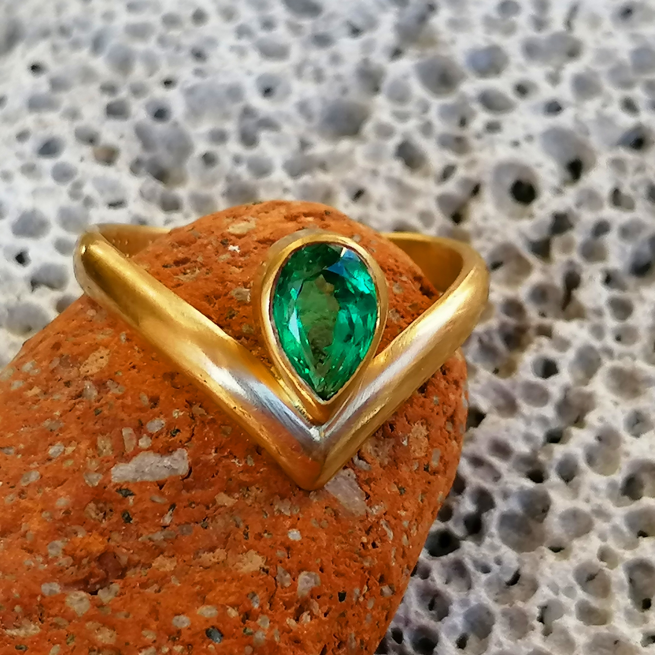 Unikat Ring schlicht matt Gold 900 Smaragd Emerald Esmeralda 0,7 ct Columbien TOP 56