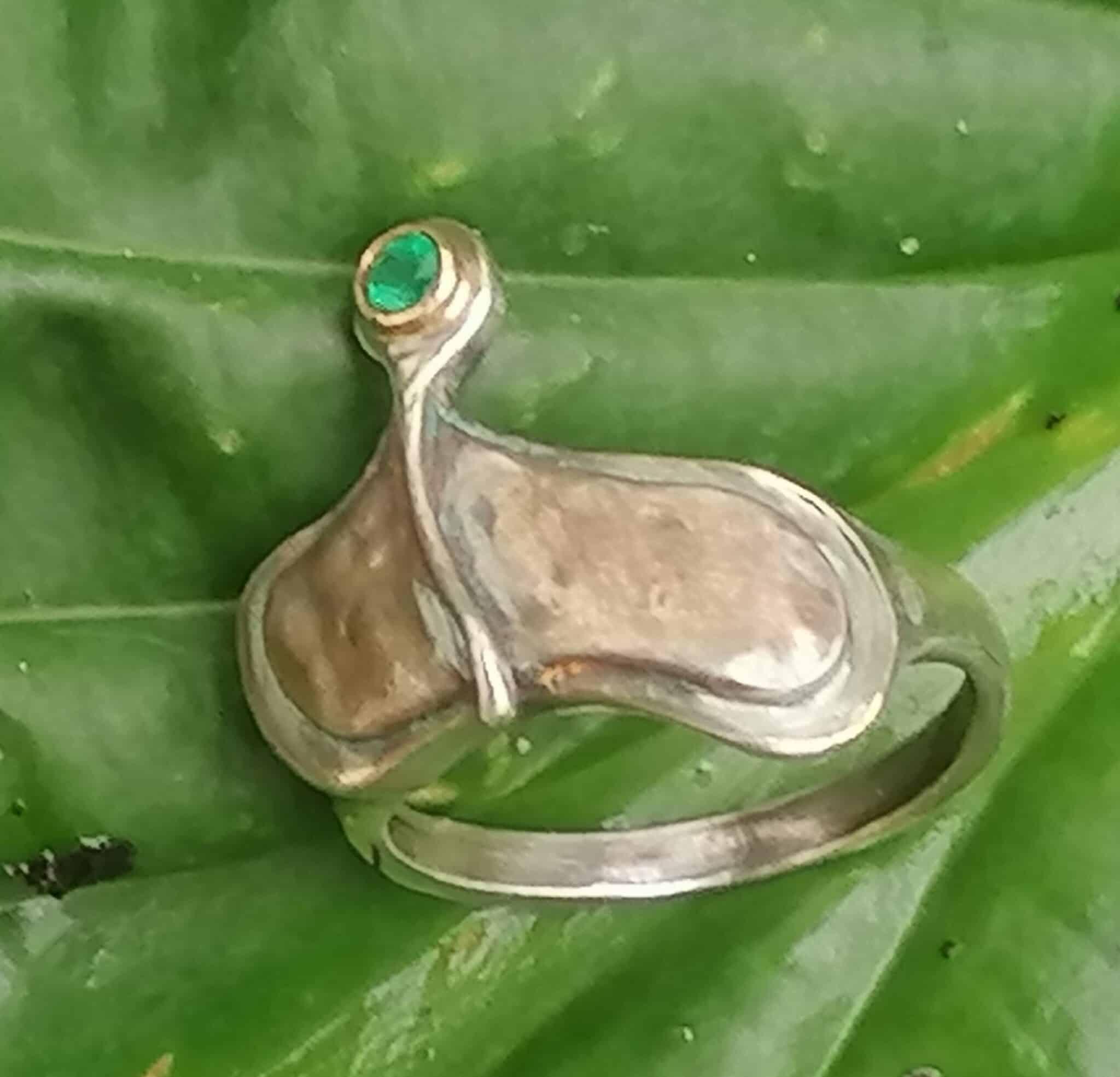 Unikat Ring Silber 925 Gold 750 Smaragd organische Form geschwärzt geschmiedet Ringgröße 54
