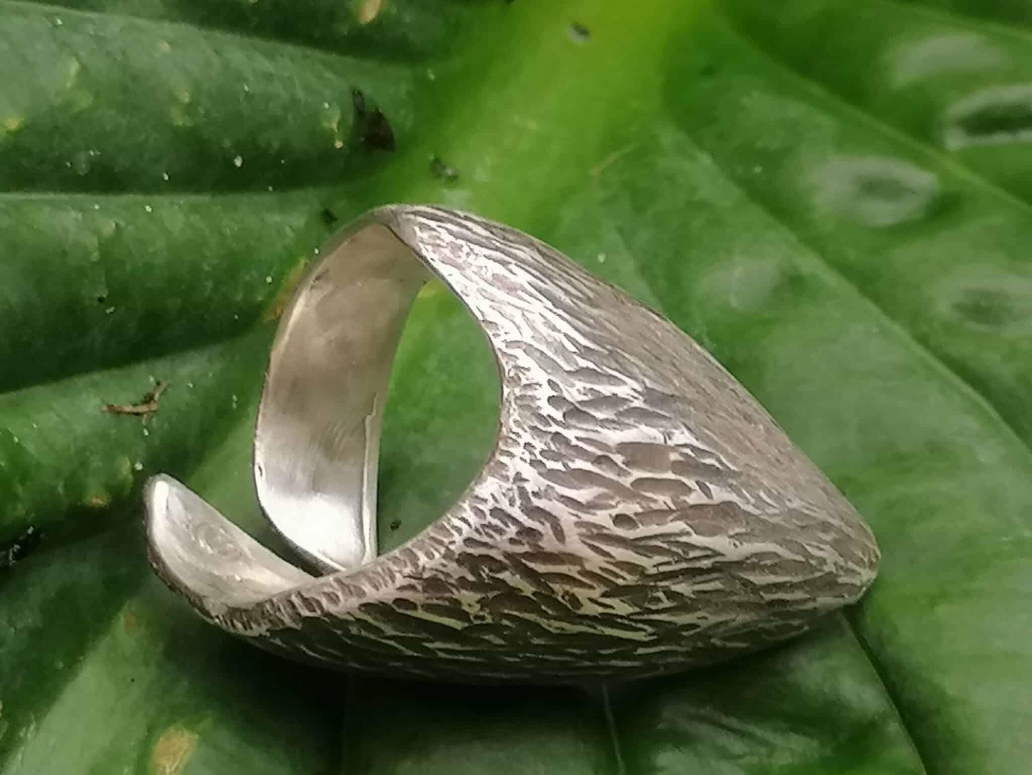 Ring Silber 925 Kralle ergonomisch flächig geschmiedet gehämmert Rindenstruktur geschwärzt Ringgröße 56