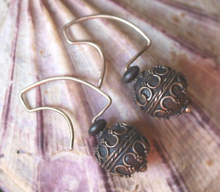 Unikat Ohrschmuck Ohrring Silber 925 granuliert Kugel Hämatit antikes Muster geschwärzt
