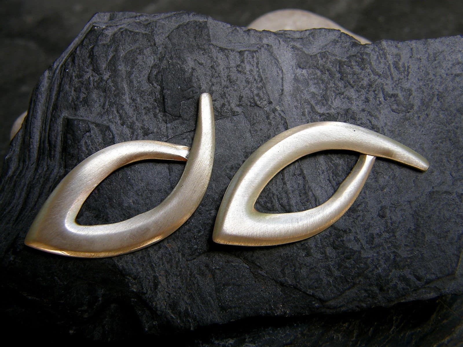 Designer Ohrschmuck Ohrstecker Silber 925 geschwungen Fisch matt