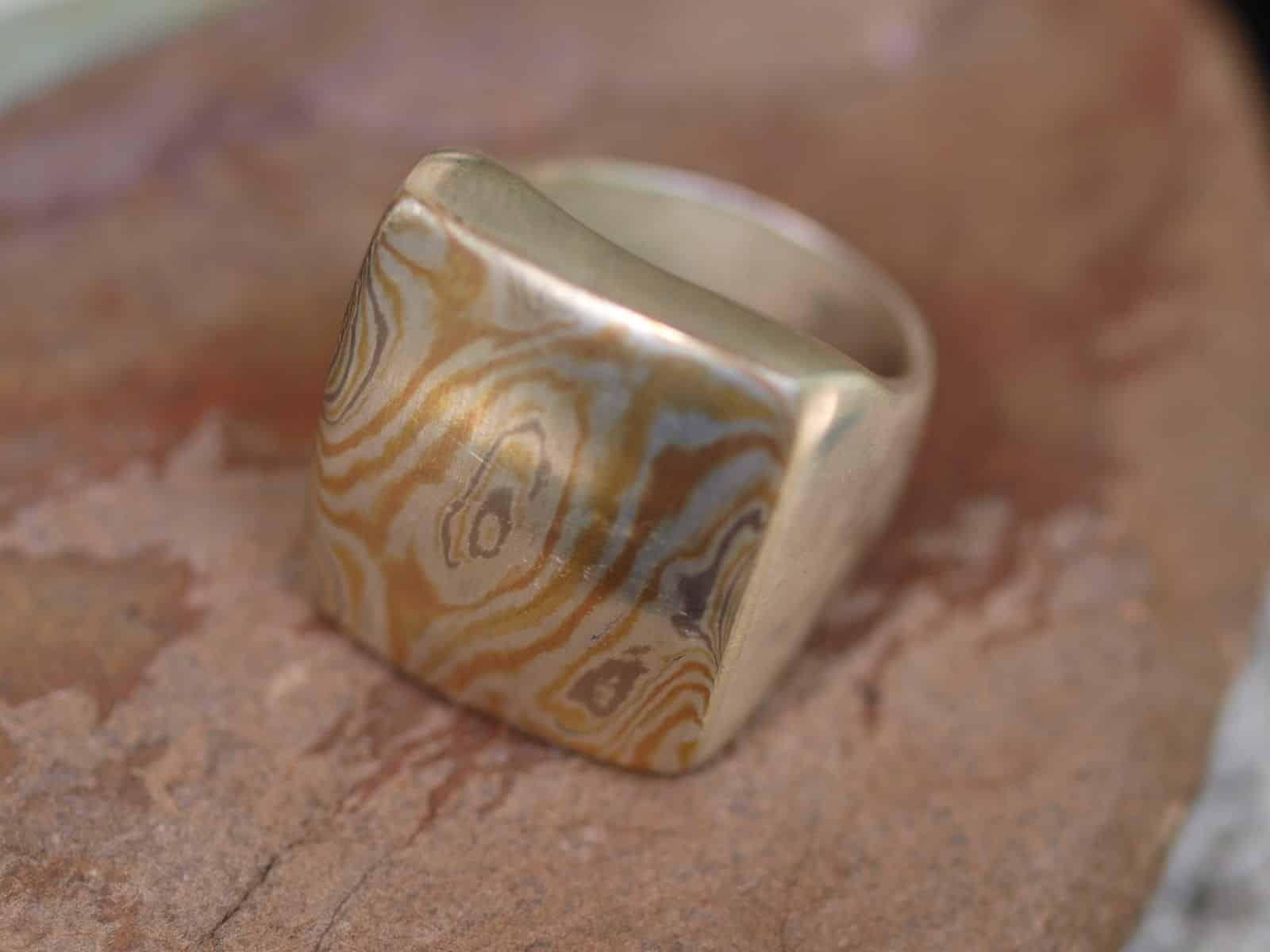Siegel Ring mit Mokume Gane Roségold Gelbgold Palladium Silber Holzmaserung