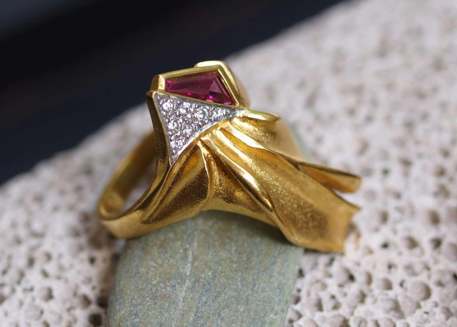 Unikat Ring Gold 585 Turmalin rot 7 Brillanten 0,10 ct organische Form