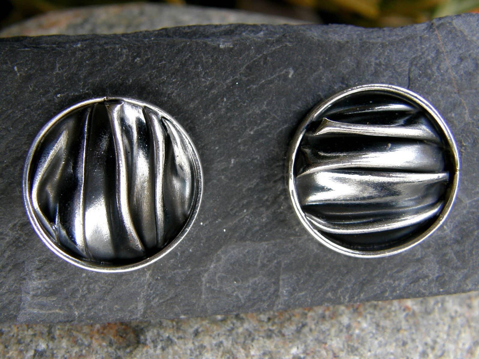 Ohrstecker Silber 925 runde Form gefaltet teilweise geschwärzt