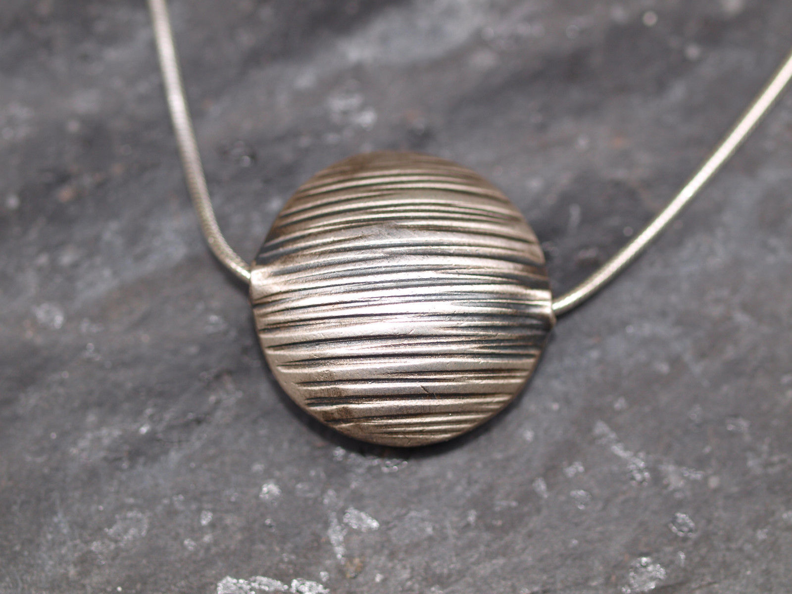 Kette Silber mit Anhänger Linse mit Holzmaserung Unikat