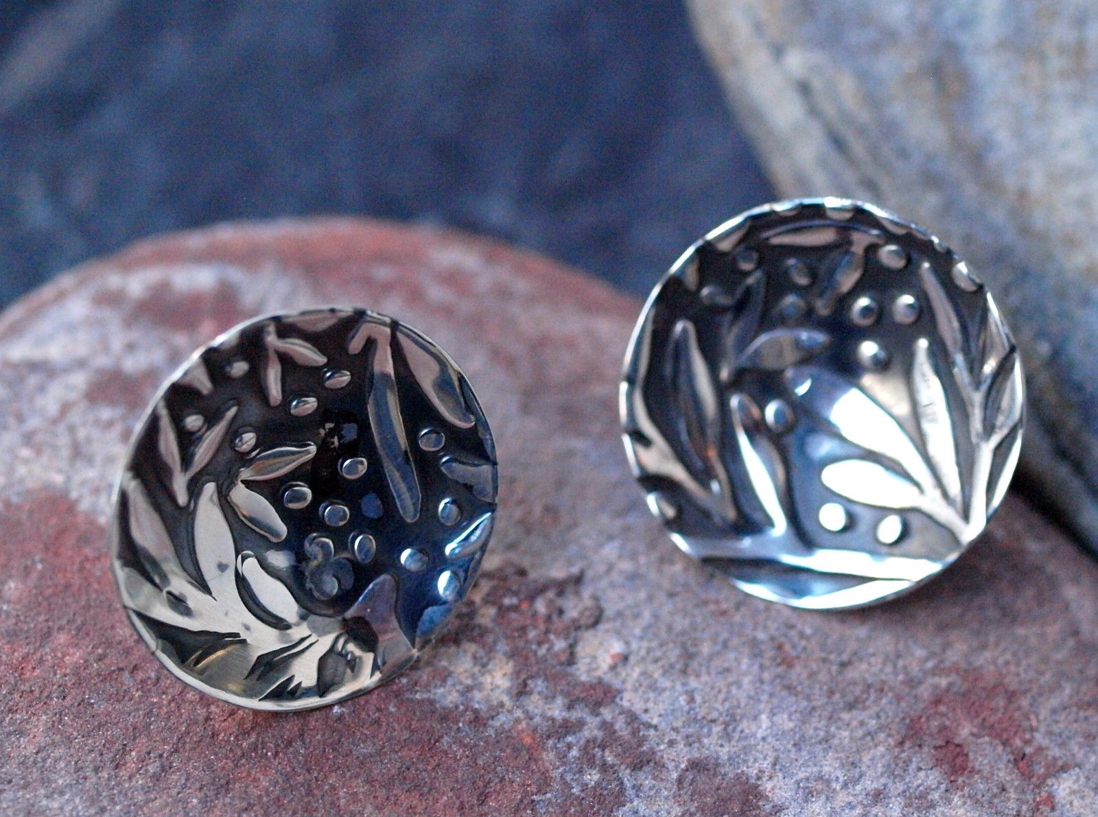 Silber Ohrstecker 925 runde Form konkav gewölbt pflanzliche Muster geschwärzt