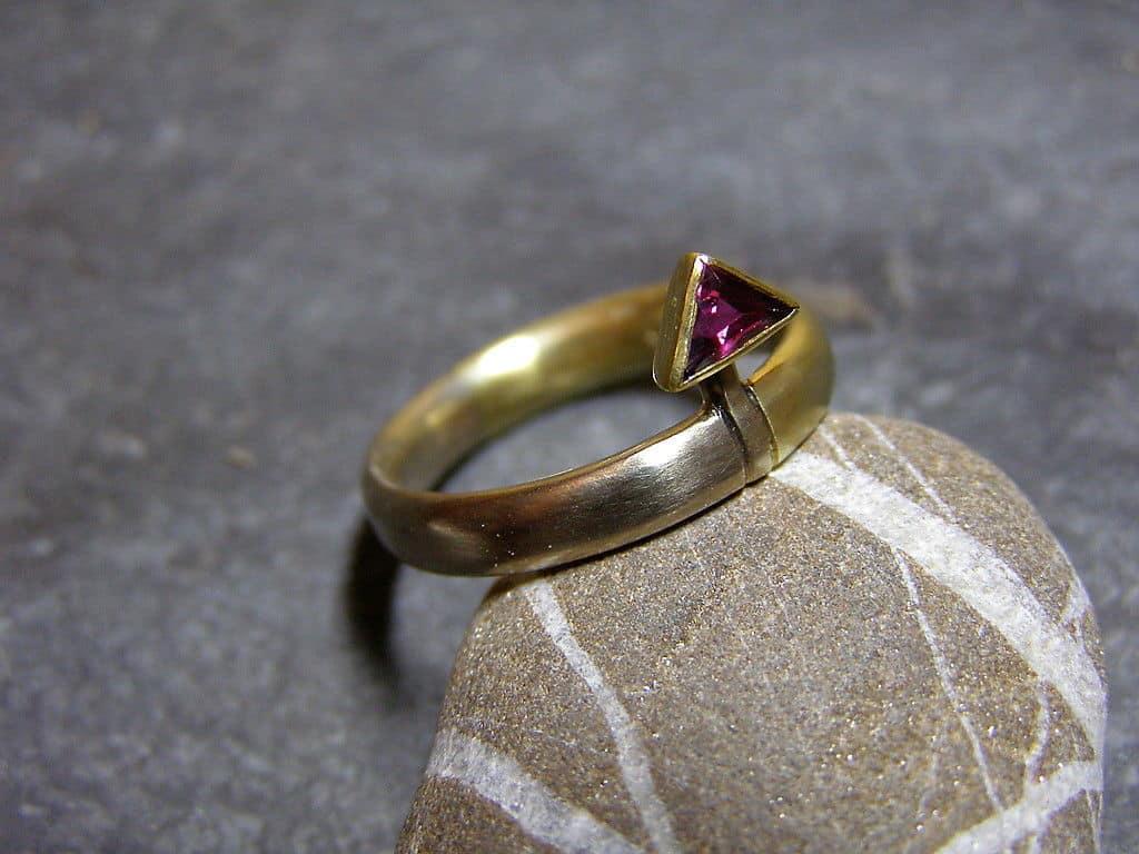 Unikat Ring Gold Weissgold 585 Rubin Triangel