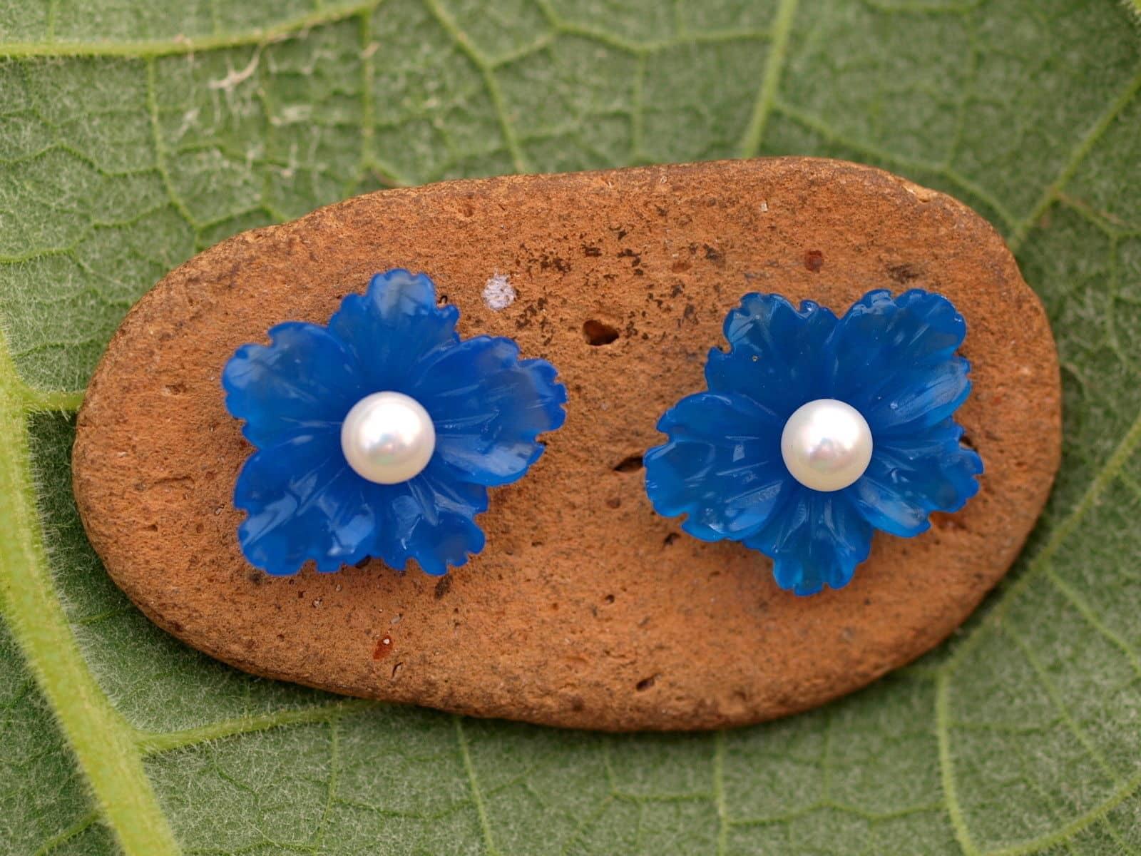Unikat Ohrstecker Silber 925 Zuchtperle Blüte Blauachat graviert Ø 14 x 16